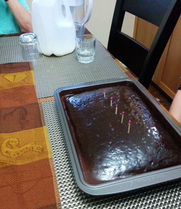 Немає свічок для святкового торта? Скористайтеся сірниками