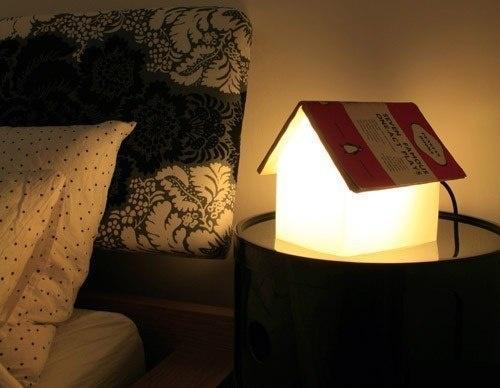 приємно почитати книжку при світлі тематичної лампи