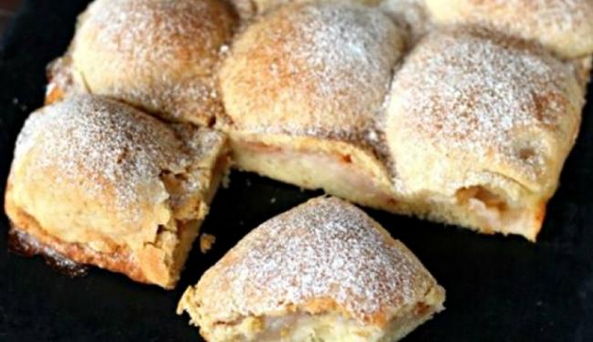 Подавайте пиріг, присипавши цукровою пудрою.