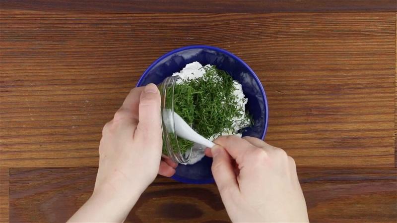 Змішайте вершковий сир («Філадельфію», маскарпоне або будь-який інший), вершки, подрібнений кріп.