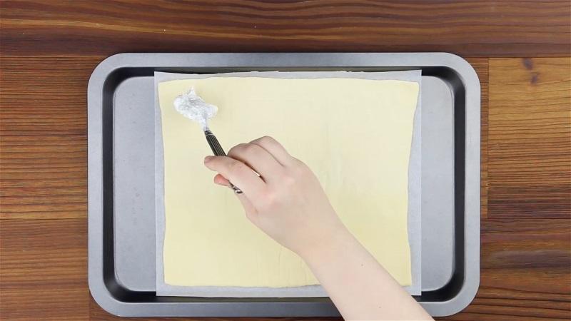 Домашнє тісто необхідно розкатати товщиною приблизно 0,5 см.