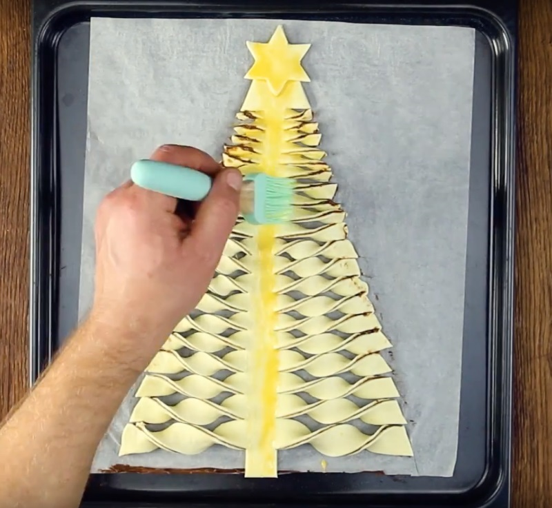бийте яйце і за допомогою пензлика змастіть їм поверхню тесту. Щоб пиріг вийшов більш блискучим, до яйця можете додати дрібку цукру.