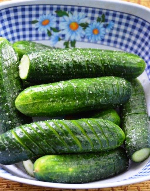 Викладіть огірки в глибоку каструлю