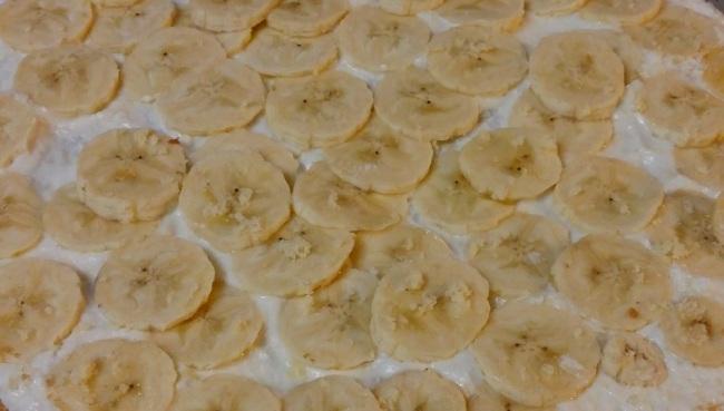 Умочіть печиво в молоко і викладіть одним шаром на дно форми.