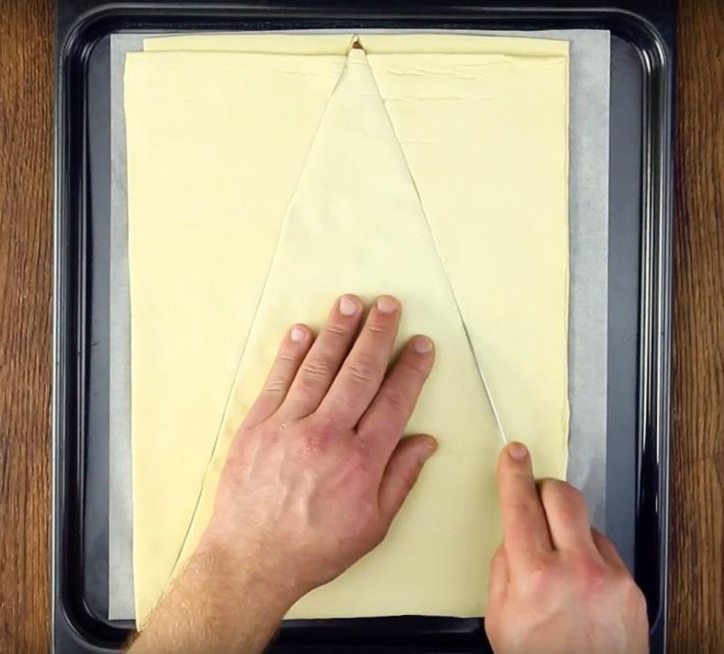 За допомогою ножа по контуру виріжте трикутник з начинкою.