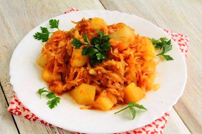 Рецепт тушкованої картоплі з капустою і куркою в мультиварці